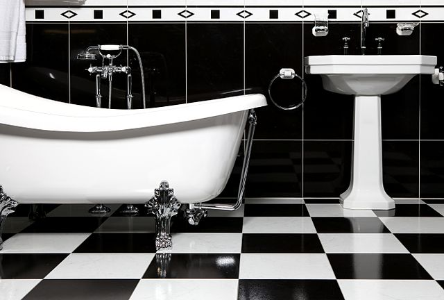 640px-Bathroom_with_bathtube